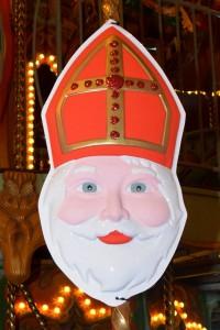 Foto van een masker van de sint met zijn witte baard en rode mijter, als symbool voor de pepernoten die je op pakjesavond eet.