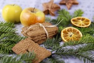 Speculaasjes tussen dennengroen en appels
