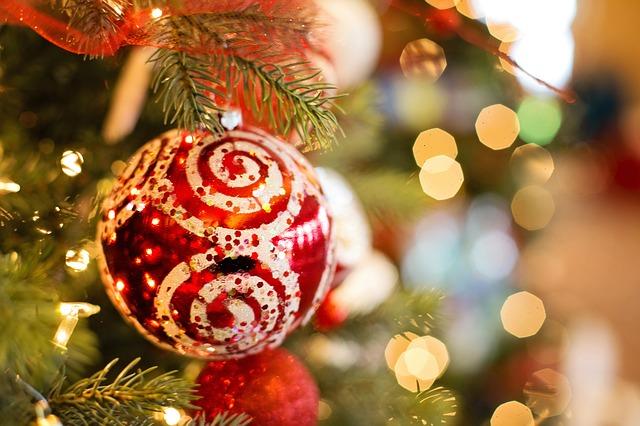 Een roodwitte bal in de kerstboom