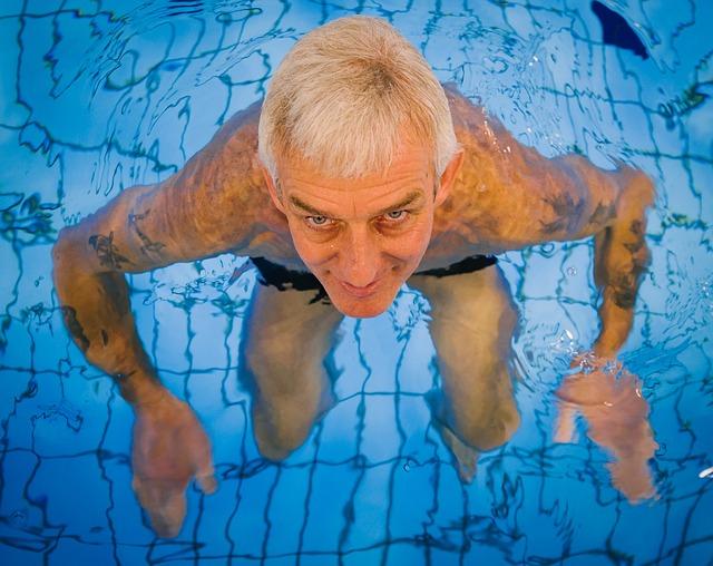 bruin vet kweken door te zwemmen